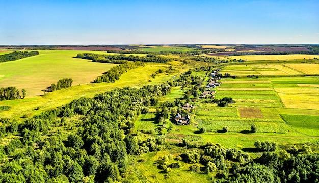 Воздушный пейзаж среднерусской возвышенности. поселок шуклино курской области.