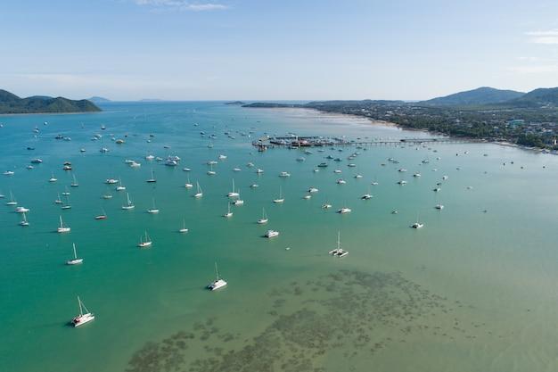공중 풍경 바다 찰롱 부두 요트와 요트 보트와 바다에서 ravel 보트 drone 비행 샷에 의해 놀라운 보기 여행 이미지 위에서 아래로 보기입니다.
