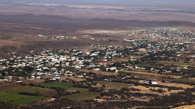 Ripresa aerea del paesaggio della città di prince albert in sud africa