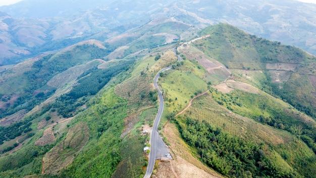 空中風景ビュー山道ドイチャンチャンライタイの街の間の田舎道