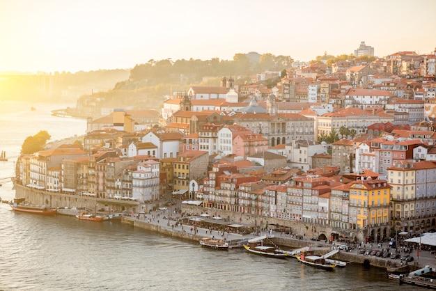 Вид с воздуха на реку дору и старый город порту во время заката в португалии