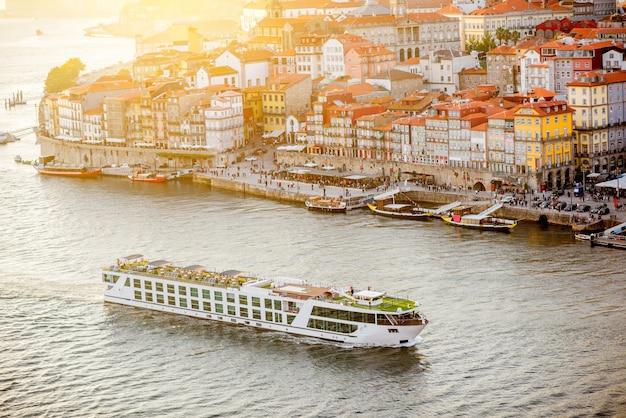 ポルトガルの日没時のドウロ川とポルトの旧市街の空中風景