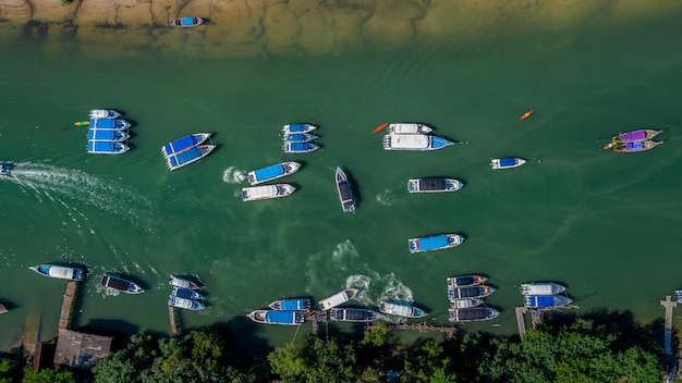 Вид с воздуха на пирс скоростная лодка пассажирская и длиннохвостая лодка на морском пляже в таиланде