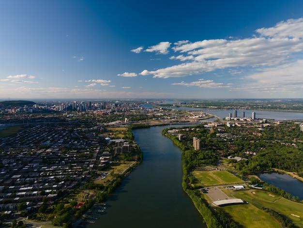 Veduta aerea del paesaggio del fiume san lorenzo e della città di montreal, canada