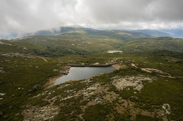 Piornal 댐 extremadura spain이 있는 공중 풍경