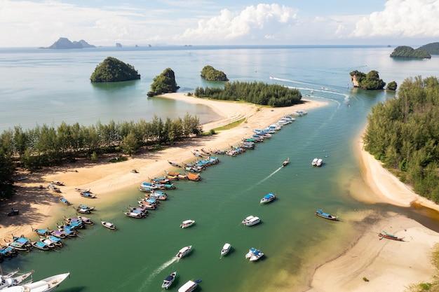 空中風景は、タイのパンガー県の河口桟橋を表示します