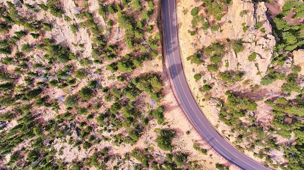 道路のある砂漠の風景を見下ろす空中