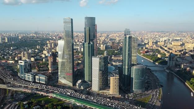 ビジネスセンターの川と交通量の多い空中モスクワの街並み