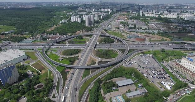 Воздушный московский городской пейзаж с оживленными дорогами и развязкой россия