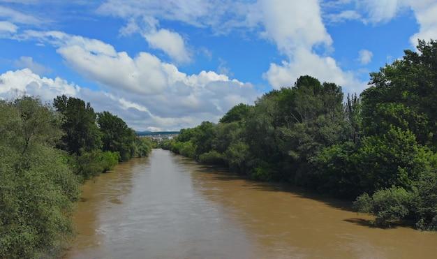 大雨の後の浸水したフィールドでの極端な洪水のアンテナ。