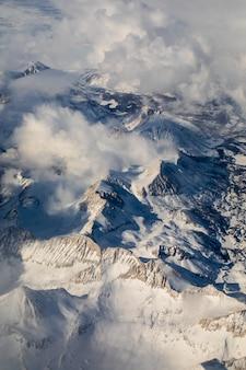 雪で覆われた山の空中