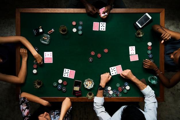 Воздушная линия людей, играющих в азартные игры в казино
