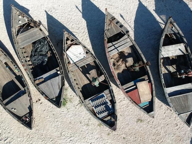 Антенна традиционных рыбацких лодок на песчаном пляже