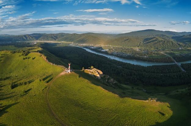 Воздушная панорама с беспилотного летательного аппарата рассвета красоты на вершине в горах в летнее время алтая