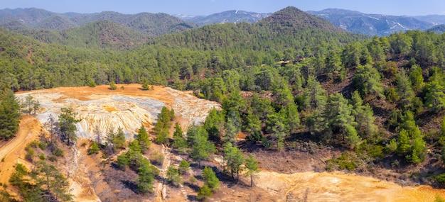 키프로스 파포스 숲에 있는 버려진 황철광과 금광의 공중 파노라마