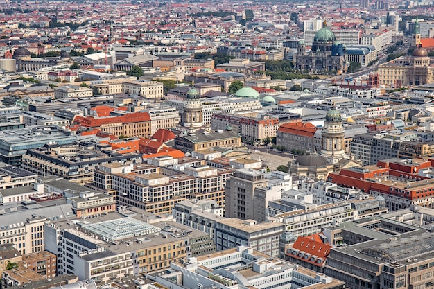 ドイツのベルリンの中心部にある主要な観光名所がある気球からのベルリンの空中パノラマ