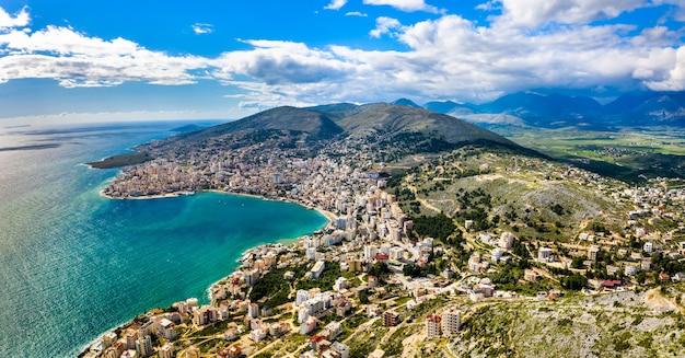 南アルバニアのlekuresi城とサランダの空中パノラマ
