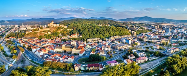 Аэрофотоснимок старого города тренчин в словакии