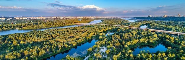 ウクライナ、キエフのドニエプル川に浮かぶトルカニフ島の空中パノラマ
