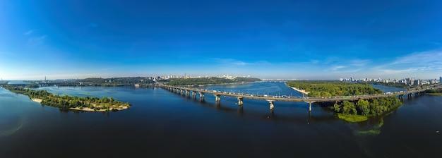 Панорама с воздуха на красивый городской пейзаж в киеве возле моста патона