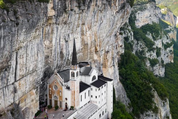 マドンナデッラコロナサンクチュアリ、イタリアの空中パノラマビュー。岩に建てられた教会。