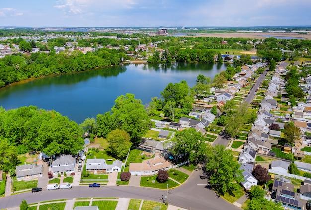 住宅の美しい郊外の住宅セアビルタウンエリアの空中パノラマビュー
