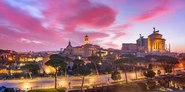 Воздушные панорамные древние руины римского форума или форо романо, форума траяна и алтаря отечества на восходе солнца в риме, италия.