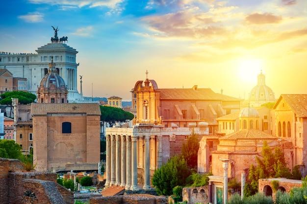 イタリア、ローマのフォロロマーノと祖国のローマ祭壇の空中パノラマ都市景観ビュー。夏の日没時のイタリアの世界的に有名なランドマーク。