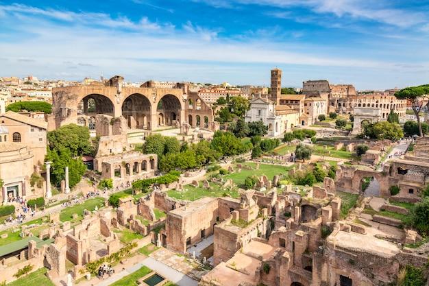 Воздушный панорамный взгляд городского пейзажа римского форума и римского колизея в риме, италии.