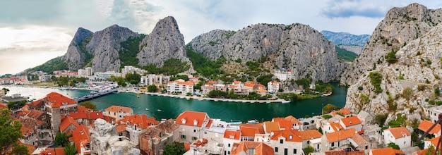 山々に囲まれた小さな町オミシュ、マカルスカリビエラ、クロアチアの空中パノラマ風景