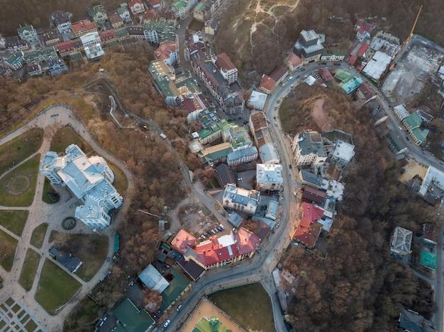 ドローンからの空中パノラマビュー、vozdvizhenkaへの鳥瞰図、ウクライナ歴史国立博物館、夏の美しい夕日のアンドレーフスキー降下。