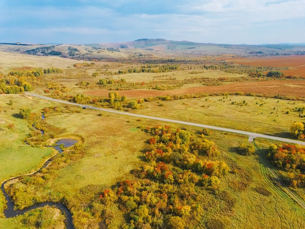 秋の収穫畑の空中パノラマビュー。ドローンショット