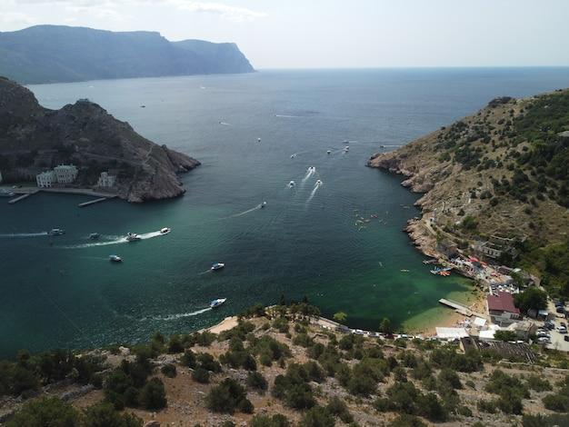 Панорамный вид с воздуха на балаклавский пейзаж с лодками и морем в бухте марина крым севастополь