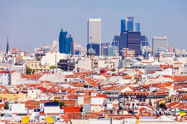 Панорамный вид с воздуха на деловые районы azca и ctba в мадриде, испания