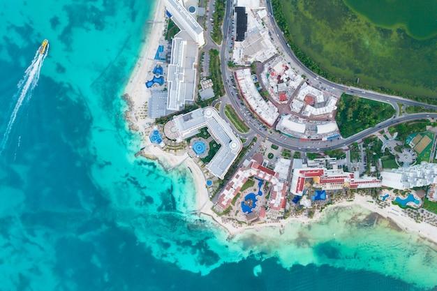 メキシコのカリブ海沿岸の風景のカンクンビーチとシティホテルゾーンの空中パノラマビュー