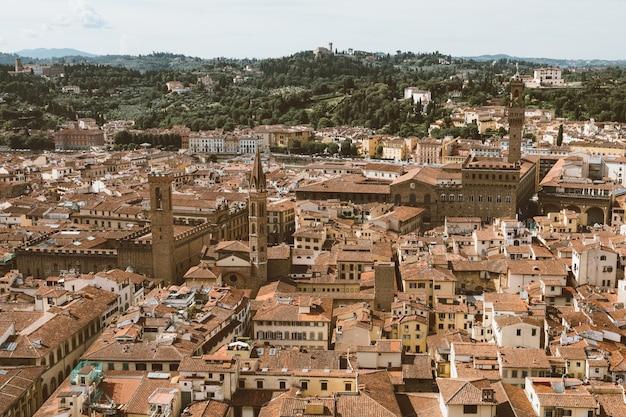 フィレンツェ大聖堂(サンタマリアデルフィオーレ大聖堂)のキューポラからのフィレンツェの街の空中パノラマビュー