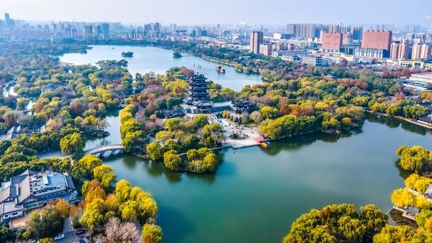 Панорамный вид с воздуха на озеро дамин в цзинане