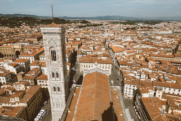 フィレンツェの街とジョットの鐘楼の空中パノラマビューは、フィレンツェ大聖堂(サンタマリアデルフィオーレ大聖堂)の複合体の一部である鐘楼です。