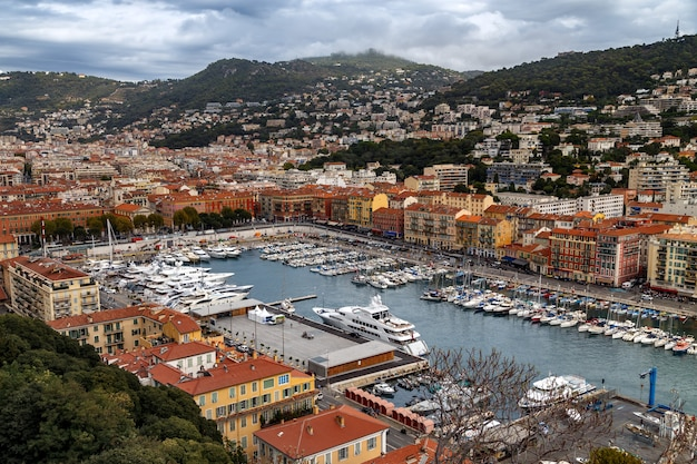 Панорамный вид с воздуха на красивую францию с красочными историческими домами и портом с яхтами и катерами