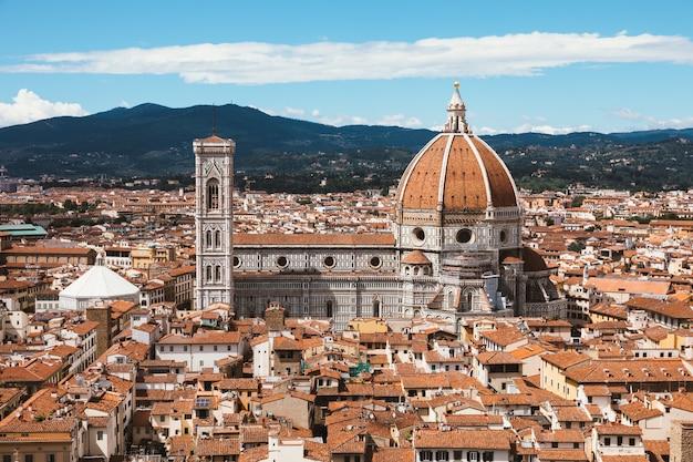 ヴェッキオ宮殿からフィレンツェの旧市街とサンタマリアデルフィオーレ大聖堂(花の聖マリア大聖堂)の空中パノラマビュー