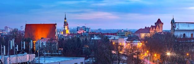 日没時の市庁舎と王宮とポズナンの空中パノラマビュー