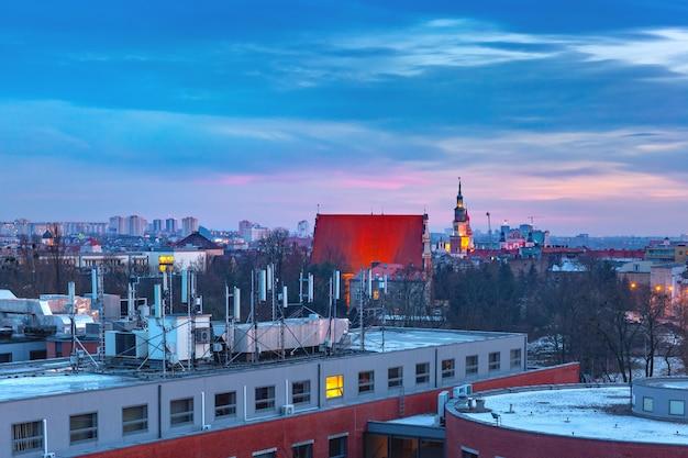 日没時の市庁舎とポズナンの空中パノラマビュー