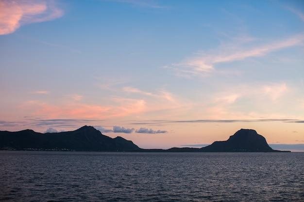 海に沈む夕日の空中パノラマビュー。