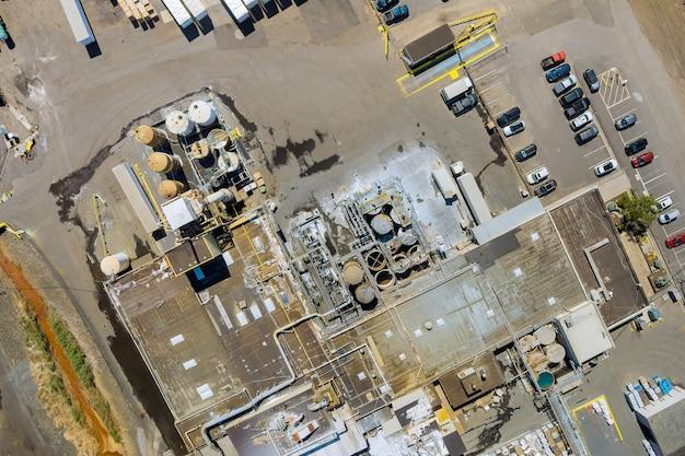 化学薬品を混合するためのタンクの空中パノラマビュー工業プラントと化学薬品