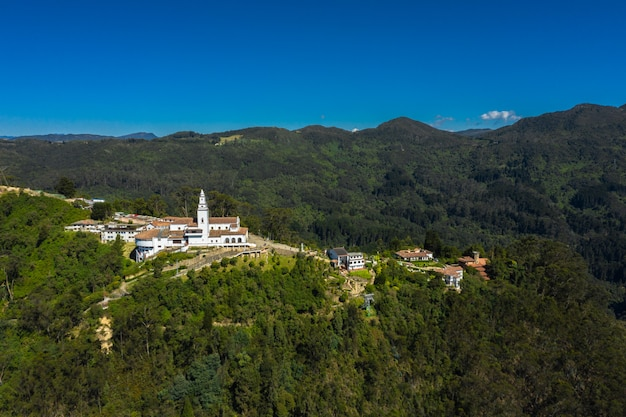 Панорамный вид с воздуха на гору монтсеррат в колумбии.