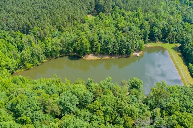 カンポベッロの山々の間の夏の自然の山の湖の空中パノラマビュー、