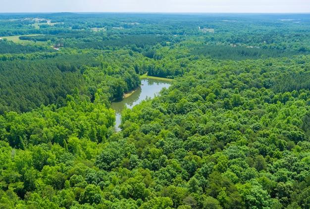 山々の間の夏の自然の山の湖の空中パノラマビュー