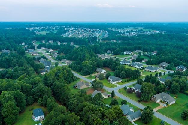 アメリカ合衆国サウスカロライナ州の小さな村の風景のボイリングスプリングスの町の住宅街の空中パノラマビュー