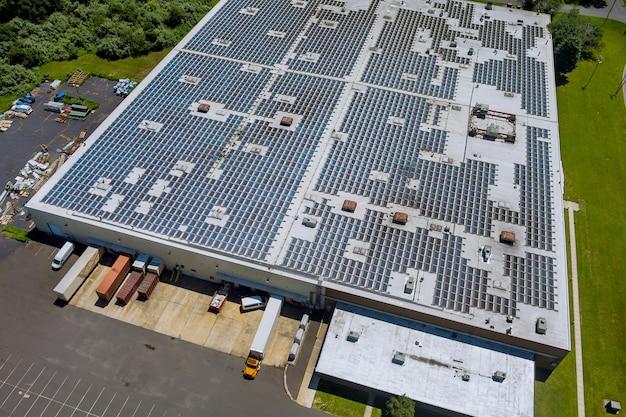 Панорамный вид с воздуха на крыше на солнечной панели для выработки электроэнергии