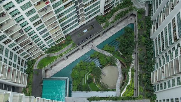 Воздушные люди в декоративном саду за пределами многоквартирных домов